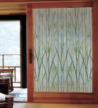 Adhäsionsfolie, transparent matt mit grünem Bambus auf einem Türfenster